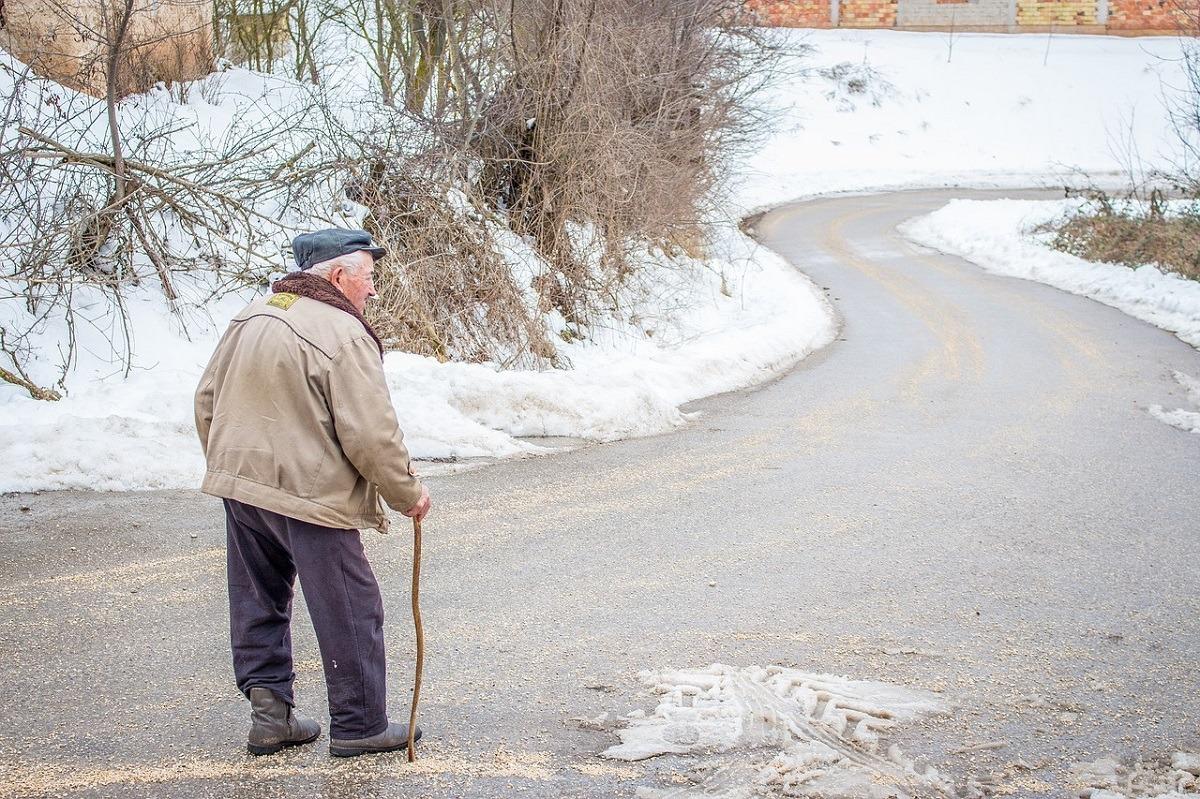 Nie bądź obojętny. Zimą osoby starsze mogą potrzebować Twojej pomocy [APEL]