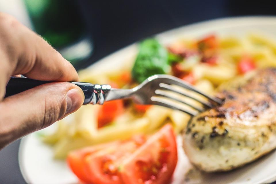 """""""Posiłek w szkole i w domu"""" – skorzystają dzieci i seniorzy. Start od stycznia"""